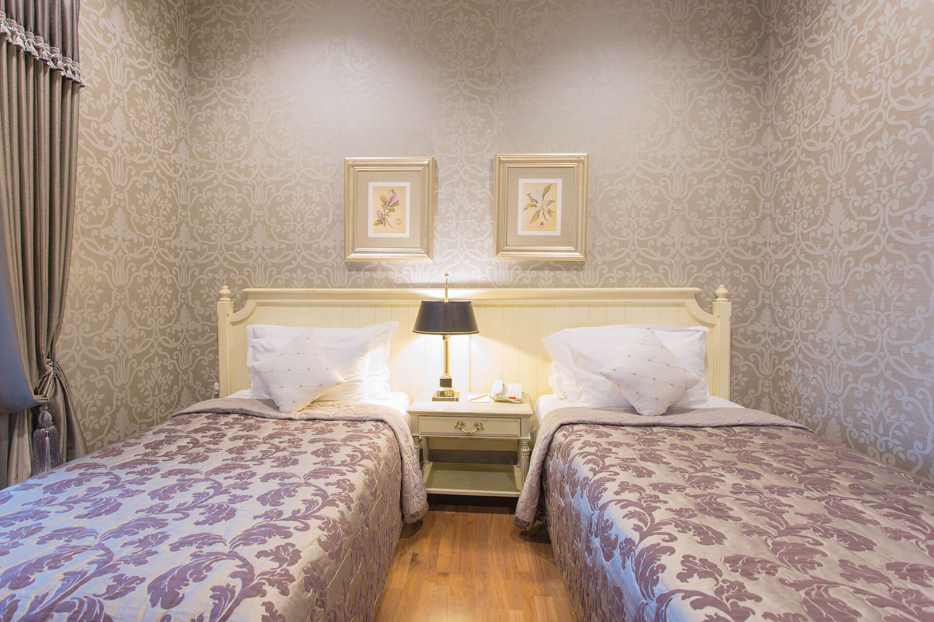 Deluxe-Twin-bed